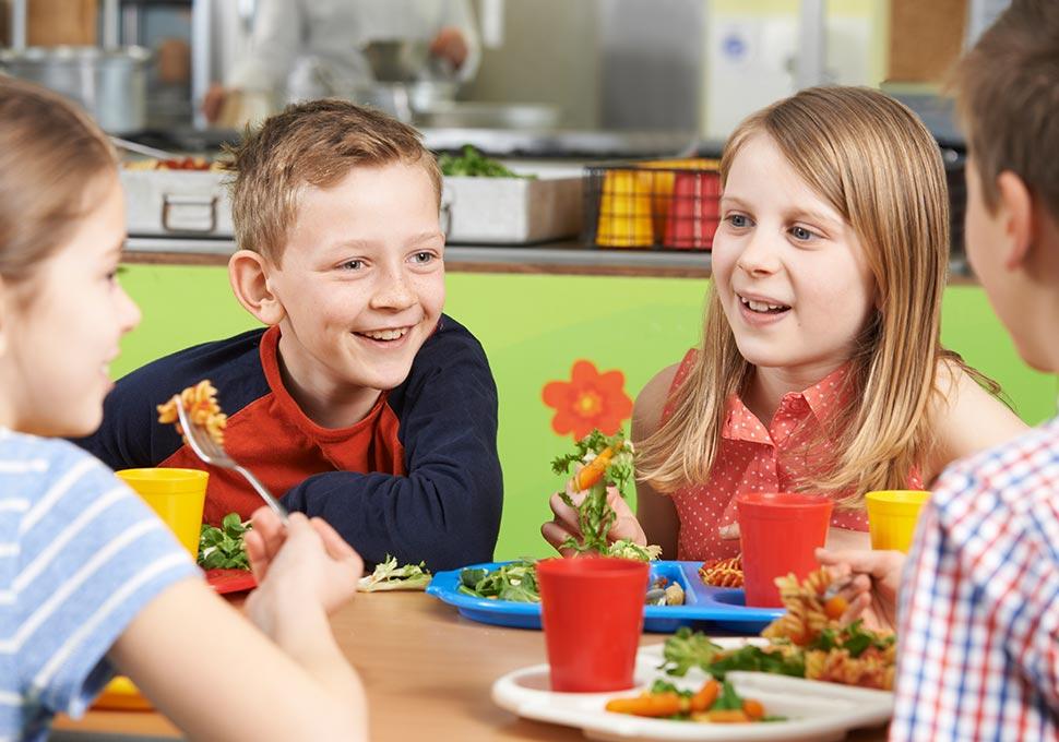 Schülergruppe Mittagessen
